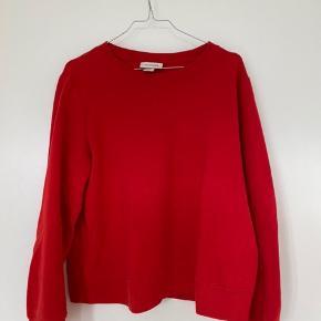 Mega sød rød sweater fra Monki. Brugt mange gange men er stadig i god stand!!😝