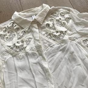 Varetype: Skjorte Farve: Råhvid  Helt ny råhvid skjorte fra Culture, str. M, med smuk blonde effekt omkring brystet, krave og skjult knaplukning.  Materiale: 100% bomuld