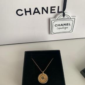 """Smuk halskæde fra Chanel - købt hos Vintageline_2ndhand 💫  Vintage Chanel ørering som er blevet lavet om til en halskæde.  Vedhænget er """"guld"""" metal og kæden er forgyldt sterling sølv.   Da halskæden er vintage, medfølger der ikke kvittering. Der medfølger en lille smykkeæske.   Kan ses i Aalborg eller sendes med DAO ✨"""