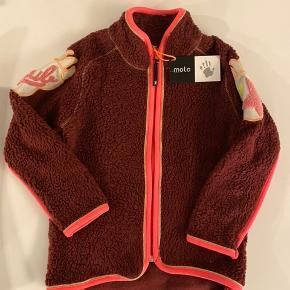 Str 116. Flot Ny blød Bordeaux med guldglimmer kant fleece jakke fra Molo. Nypris 500kr.