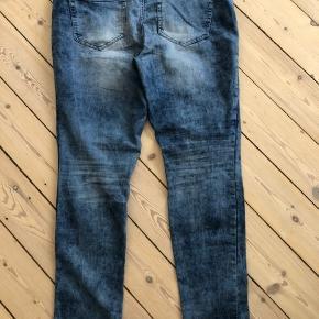 Jeans i forvasket look.  Brugt et par gange over en kort periode.  Ingen fejl eller mangler.  Bytter ikke.  OBS: Jeg sender kun ved en evt. handel.