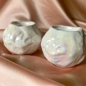 To lysestager med perlemorsglasur   Passer til både stagelys og fyrfadslys  Pris: Sælges samlet for 125,-  #perlemor #perlemorsglasur #perlemorslysestage #fyrfadsstager #porcelænsstager #vintagelysestage #vintagefyrfadsstager #julepynt #retrojulepynt