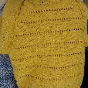 Lækker gul strik med korte ærmer og hulmønster fra Margit Brandt str L.  Men brugt oversize til M