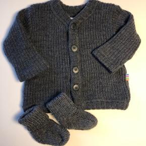 Lækker joha cardigan i 100% uld. Str 56/62.Brugt ganske få gange og ser ud som ny.  Nypris 249kr  Sælges sammen med hjemmestrikkede uld-futter str 0-3 mdr - aldrig brugt!