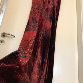 Meget fin festkjole/gallakjole fra Lala Berlin.  Kjolen har en god pasform med et lige snit, underkjole og en lav V-neck. Kjolen er symmetrisk for og bag.  Kjolen har tynde, justerbare stropper.  Kjolen er kun brugt én gang og fremstår derfor i meget pæn stand.  Mål. Længde: ca. 142 cm Bredde: ca. 37 cm. (hen over brystet)  Kjolen er lavet af en blanding af 60 % viscose, 40 % polyamide, 100 % silke og 100 % viscose