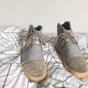 """Sælger dette lækre par Adidas Yeezy 750 Grey gum.   Det er den eftertragtede colorway nemlig greygum og også den """"dyre"""" colorway   Lynlåsene virker ikke men kan fikses meget billigt. De er brugt en del og en del slid forekommer på begge sko.   De ankommer med boks og sko poser fra Adidas Yeezy dog er boksen smadret en del.    Ffa: Gucci, Saint Laurent, Adidas, Nike, off White, Kappa, givenchy, Yeezy, valentino, acne studios, Stone Island, supreme, Alexander mcqueen, balenciaga, Palace"""