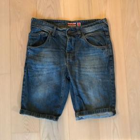 Shorts fra Alan Rust i størrelse 33. Brugt få gange.  Kan afhentes i Aarhus C eller sendes med Dao (køber betaler fragt)