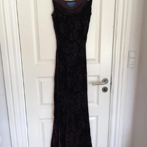 0da8d877e9aa Varetype  Maxi Farve  Blomme Fantastisk smuk kjole fra Monsoon. Burnt-out  velour