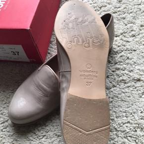 Elegant lak sko fra Wonders i lækkert blødt skind. Brugt få gange - ny pris kr 899,-.