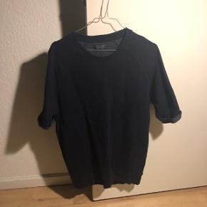 Mørkeblå sweatshirt med korte ærmer.