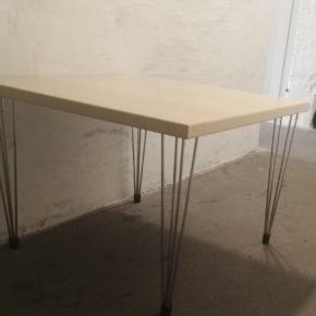 Lækkert lille sofabord til værelset. Måler 60 x 60 x 60 cm