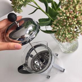 """Bodum """"Chambord"""" er en håndlavet stempelkande - perfekt til det moderne kaffebord ☕️ Kanden kan indeholde op til 8 kopper eller 1 l. Materiale: Glas & krom   Byd gerne kan både afhentes i Århus C og sendes på købers regning 📮✉️"""