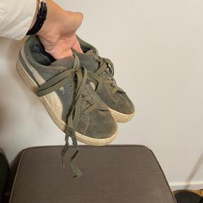 Ældre PUMA sneeks med høj platform. Ret hamle og har en mindre plet fra hårfarve. Stadig funktionelle.  Vintage Retro