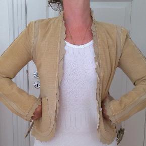 Bytter ikke. Eksklusiv porto. Købspris kr. 4.899,-  Utrolig lækker ruskind jakke, str. 36, fra Munthe plus Simonsen.    Størrelsesguide str. 36: Bryst mål 86 cm Talje mål 64 cm Hofte mål 95 cm  Brugt få gange. Fremstår næsten som ny. Jakken er figursyet og med for. Den kan bruges med eller uden bælte, da der er en lille knap til lukning midt for. For og bag stykket målt ved brystlinjen 90 cm. Længde fra nakken og ned bag, 54 cm. Talje vidde 78 cm. 100% præget ruskind.  Hænger i dragt pose. Kommer fra et ikke ryger hjem.