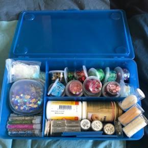 Sælger denne kasse fuldt med palietter, perler, blonder m.m🐚  Prisforslag: 120 DKK  Kom gerne med et bud eller spørg for mere information😊