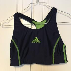 Lækker retro bikini top fra Adidas. Den er blå og grøn, med fine detaljer.  Den har ingen tegn på slid ✨  Kommer fra ikke ryger hjem 🚭 Og fragten betales af køber - kan også mødes og handle 📦