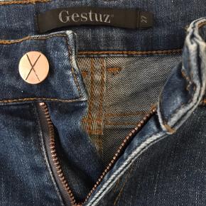 Str 27, lækre med anelse af stræk i stoffet, vidde i benene. Styke Palermo jeans