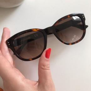 Sælger mine solbriller, da jeg ikke får dem brugt. Købt i 2018 til omkring 1400 kr 💗 Kan afhentes. Realistiske bud modtages 🥰