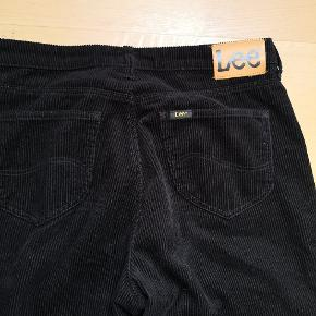 Super fed fløjlsbuks har kun været på en enkel gang, desværre for store. STR 28/33 Købt hos Maggiesgemakker nypris 799kr Forsendelse 39 kr med DAO