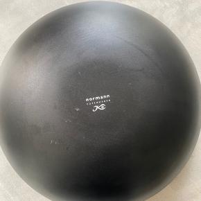 38 cm i diameter. Har kun stået til pynt. Har et par pletter i bunden som måske kan fjernes af en kyndig hånd. Ellers ingen skræmmer eller fejl.