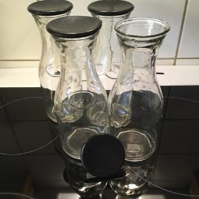 4 karafler med sort låg, kan indeholde 1/2 liter.  Brugt få gange.  Købt i Bahne for 29,95kr. Stk.