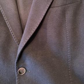 Mørkeblå casual moderne blazer i bomuld fra Paul Rosen. 4 knapper på ærmet. Dobbelt stof i forstykket. Købt i Tyskland 2018. Aldrig brugt da den er for stor til min mand. Kan sende flere billeder på SMS.