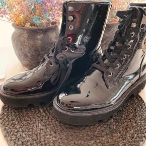 Fede lak støvler fra Calvin Klein Skriver arldrig brugt da de kun  Har været på en aften inde. Købt i november til 1.799,-  Smart til foråret og de lange kjoler