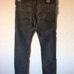 Lee - jeans Str. 12 år Næsten som ny Farve: mørkegrå Lavet af: 98% cotton og 2% elasthan Køber betaler Porto!  >ER ÅBEN FOR BUD<  •Se også mine andre annoncer•  BYTTER IKKE!