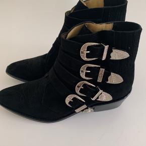 Lækre Toga Pulla støvler i sort ruskind - ALDRIG BRUGT - HELT NYE. Desværre købt for små - opbevaret i æske så duften af nyt skind er det stadig:-)