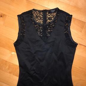 Fin kjole med blonder med flot pasform. Kun brugt et par gange men er lidt krøllet da den har ligget til opbevaring. Sender med dao