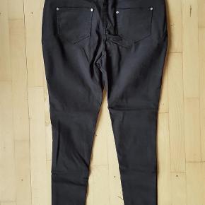 Lækre, stretchy jeans. Uden tags, men aldrig brugt. Materiale ukendt.  Der står 22/24 bagi bukserne, men de svarer til en 46 - se mål.  Livvidde: 47-50 cm x 2 Hoftemål: 54-61 cm x 2 Indvendig benlængde: 74 cm  Sorte skinny jeans m blomster broderier - NYE! Farve: Sort