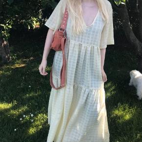 Mbym kjole i størrelse xs/ s, men er oversize .nypris var 600kr. Gået med 1 gang. Er 160 høj og den går helt ned til mig så man skal ik være lavere end det. Jeg sender ikke men kan mødes og afhentes.