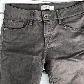 Varetype: Bukser Størrelse: 26 Farve: Brun Oprindelig købspris: 999 kr.  Lækre jeans som kun er brugt to gange grundet forkert størrelse.
