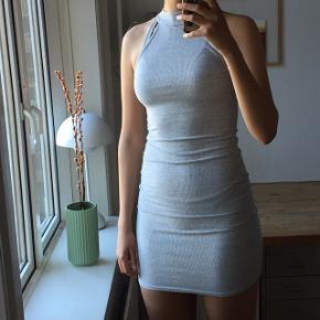 Kjolen har været brugt en enkelt gang og fejler intet. Kom med et bud:))  Skriv endelig for flere billeder eller spørgsmål:))