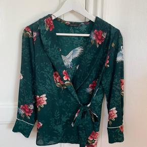 Pæn slå om skjorte fra Zara, brugt 2 gange fremstår derfor som ny🌸   Kan sendes (køber betaler fragt) eller mødes/afhentes i Odense!