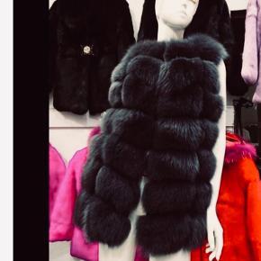 Flotteste pels veste i 3 farver . Hvid sort og koksgrå .  1 stk af hver . Brugt til fotografering . Pels veste udkommer igen til midt oktober i butikker igen kr 6000 .   Disse bliver solgt til indkøbspris .