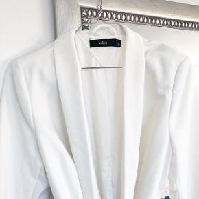 Ellos hvid blazer med bælte   størrelse: 38   pris: 200 kr   fragt: 37 ( 33 kr ved TS handel )