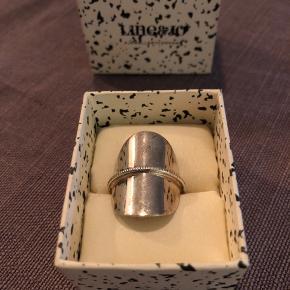 Super smuk ring- brugt få gange så ingen mærker eller skrammer