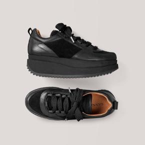 Ganni Sneakers i sort læder   Kun brugt 2 gange - da de er for små :(