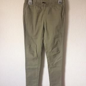 Pieces - leggings jeans Str. S/M Næsten som ny Farve: lys armygrøn Lavet af: 98% cotton og 2% elasthane Mål: Livvidde: fra 62 cm til 90 cm hele vejen rundt Længde: Ydre: 94 cm Indre: 76 cm Køber betaler porto!  >ER ÅBEN FOR BUD<  •Se også mine andre annoncer•  BYTTER IKKE!
