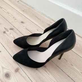 BIANCO stiletter i sort, de er i faux læder bagpå og faux ruskind foran, sålerne i skoen er lidt forskellige farver, inter der betyder noget, de er gode men brugte   Størrelse: 39 kr   Pris: 100 kr   Fragt: 39 kr ( 37 kr ved TS handel )