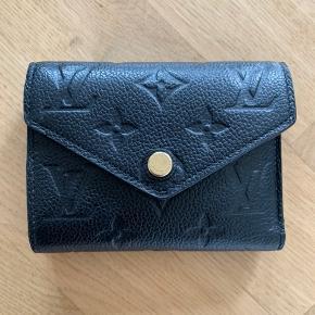 Sælger min smukke pung.  Pungen hedder Victorine wallet standen er super flot ses lidt brugstegn ved knappen men det kommer hurtigt og kan ikke indgåes.  Udover knappen er pungen skadesfri og pletfri, står som ny.  sælges for 2500kr NP er 3550