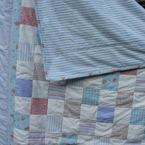 Håndlavet quilt / patchworktæppe. Bredde 135 cm, længde 215 cm. Håndquiltet og maskinsyet tæppe i patchwork. Syet af bomuldsstoffer i pastelfarver. Velholdt.  Homemade Vattæppe Sofatæppe Håndarbejde Quiltet Vintage