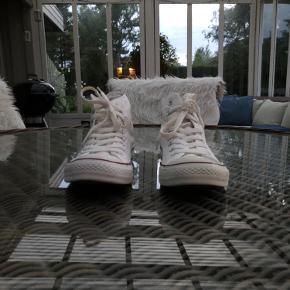 🦋Converse High Top Hvid🦋 ——————————————— De her sko er hvad, man kalder en good ol' klassiker😇 I kender alle mærket/skoen og ved de er nemme at style😌 Mangler du en lækker hverdagssko så følg med her 👇 ———————————————————————— Info Str: 41 Cond: Brugt en håndfuld gange (et lille mærke på Venstre toebox) Intet og Pris 350 HH ———————————————————————— Hvis du har spørgsmål så skriv gerne en DM📲