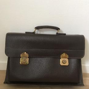 Brun computer taske, eller hvad man ellers vil bruge den til. Den er af ægte læder Bare kom med et bud🌸 Køber betaler fragt😊