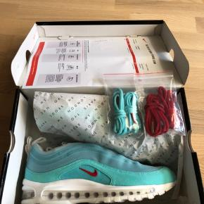 Hej sælger disse Nike Air Max 97 'Shanghai' by Cash Ru.  Super rare model og ses ikke til salg mange steder i Dk!   Str 44 - aldrig brugt, med box og ekstra laces.  Jeg er villig til at finde en god pris, både for dig og for mig i en hurtig handel :-)  Sender selvfølgelig kun med track n trace!  Jeg betaler.  Mvh
