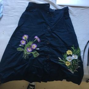 Nué nederdel med broderi. Brugt 2 gange. Str 34. Sælges da den desværre er for lille.