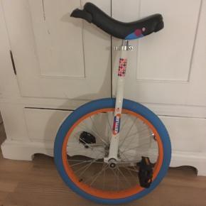 Fin et hjulet cykel. Kun brugt indendørs og fremstår som ny.