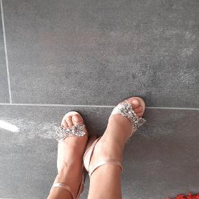 Brugt 1 gang. Fremstå som aldrig brugt. Skind indeni. Fest sko. Hæle 9 cm. Mængderabat gives.