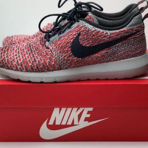Varetype: Sneakers Farve: Rød Oprindelig købspris: 1100 kr. 28cm.   Lækre Nike Flyknit Rosherun. De er brugt få gange og fremstår i god stand. Den originale kasse medfølger samt bon fra Støy hvor de er købt. Nypris 1.100,00.